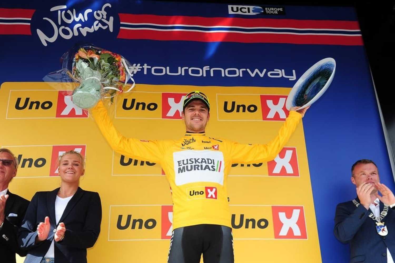 Eduard Prades se alza con el malliot amarillo de campeón en el Tour de Noruega después de acabar la etapa segundo y conseguir huir en la última escapada. (Foto: M. Stiehl/PhotoGomezSport)