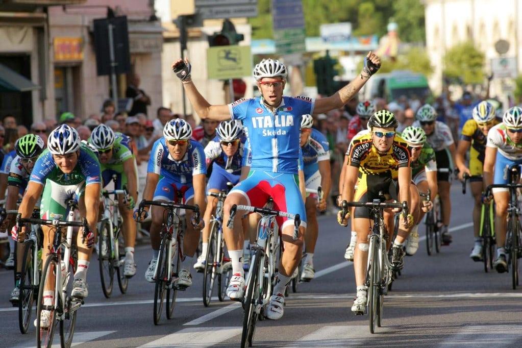 Filippo Fortin con el maillot azul de Italia (Foto: Centro Spirituale del ciclismo).