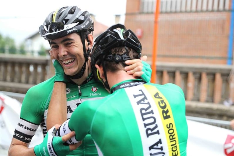 Alex Aranburu felicitado por un compañero tras ganar en Getxo (Foto: Caja Rural).