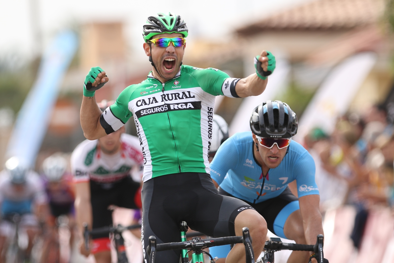 David González celebra la victoria en la Vuelta a Castellón (Foto: Caja Rural).