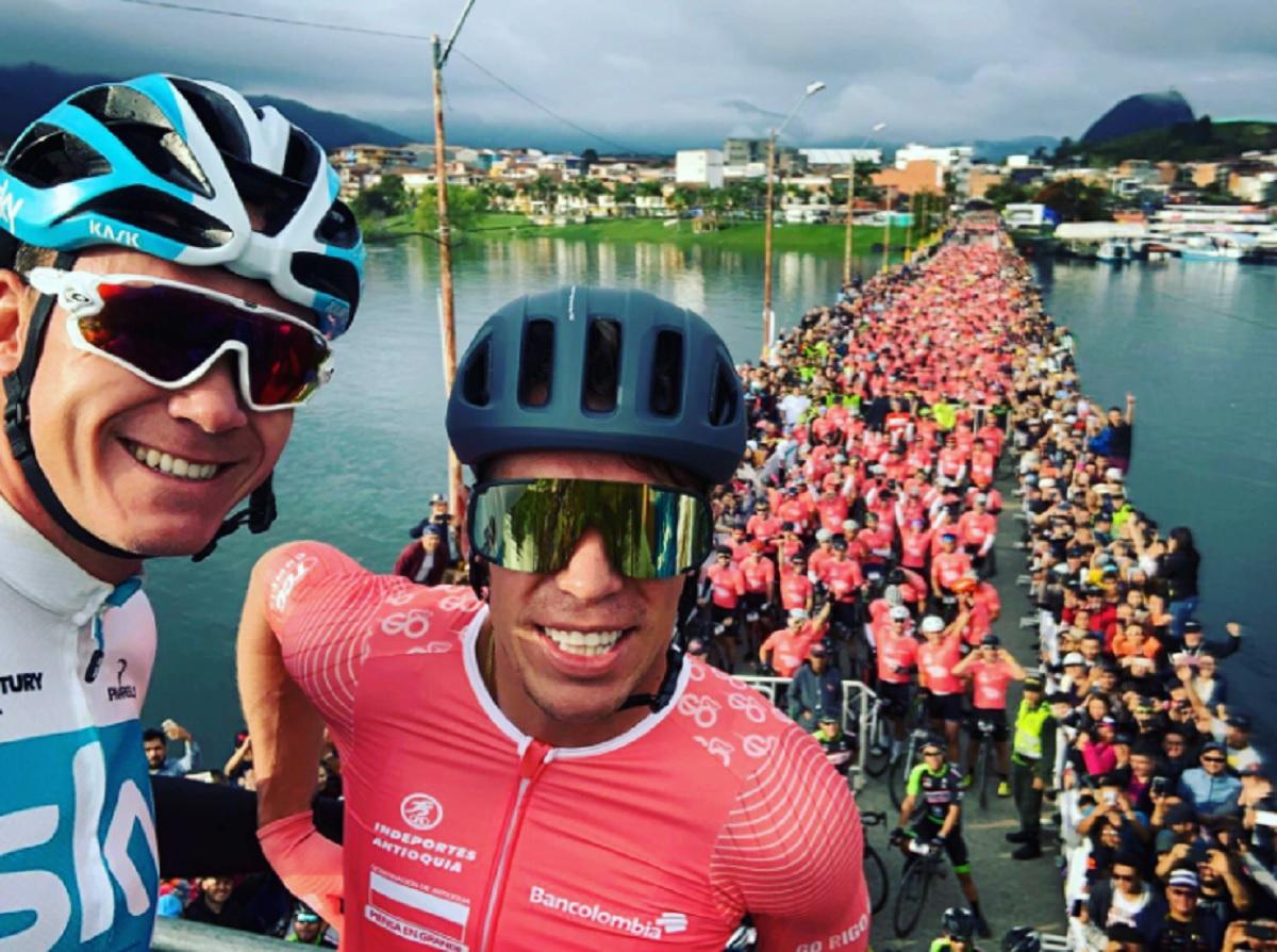 Urán y Froome junto a los ciclistas aficionados (Foto: Twitter).