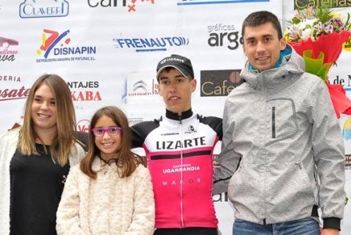 Íñigo Induráin recibe el trofeo como tercer clasificado de la carrera juvenil de Villava (Foto: Lizarte).