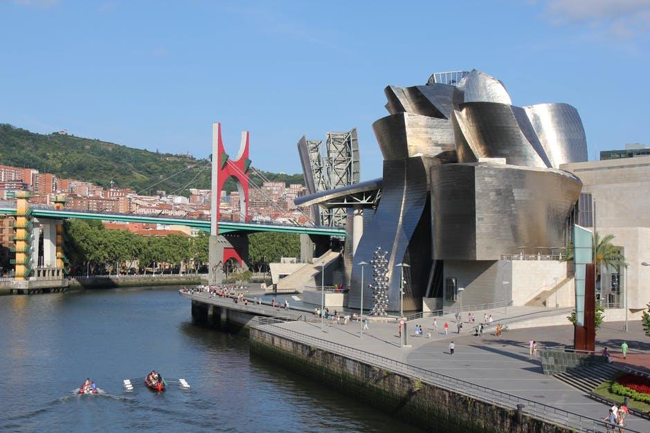 Imagen de la ría de Bilbao a su paso por el Museo Guggenheim.