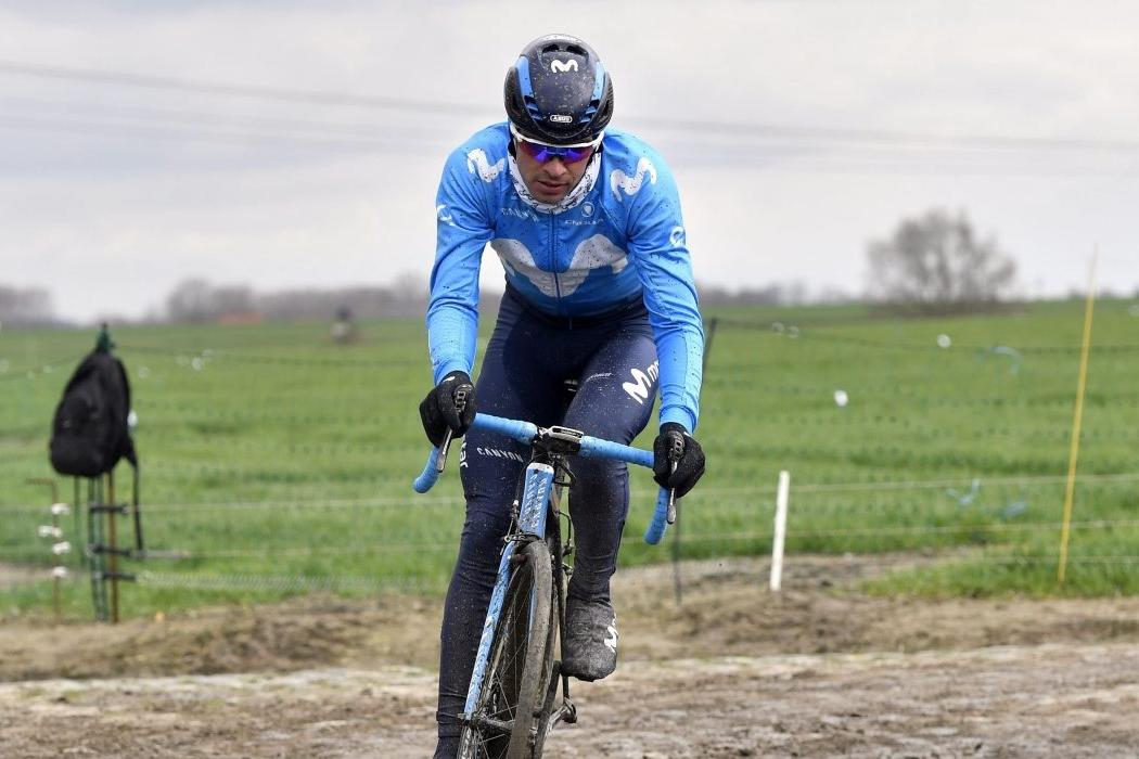 El portugués reconociendo los pavés de la París-Roubaix de 2018 (Foto: Bettiniphoto).