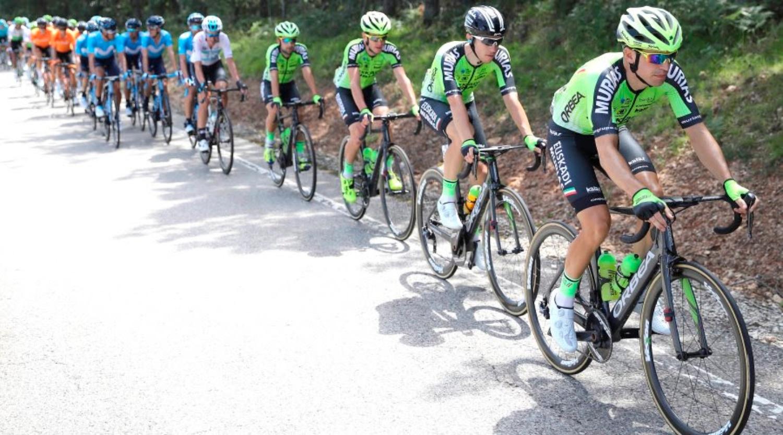 Los ciclistas del Murias tirando del pelotón (Foto: Photo Gomez Sport).