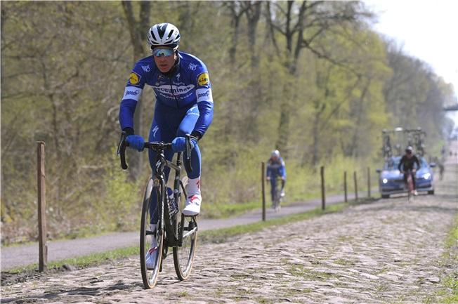 El belga Keisse, en uno de los tramos de pavés de la París-Roubaix.