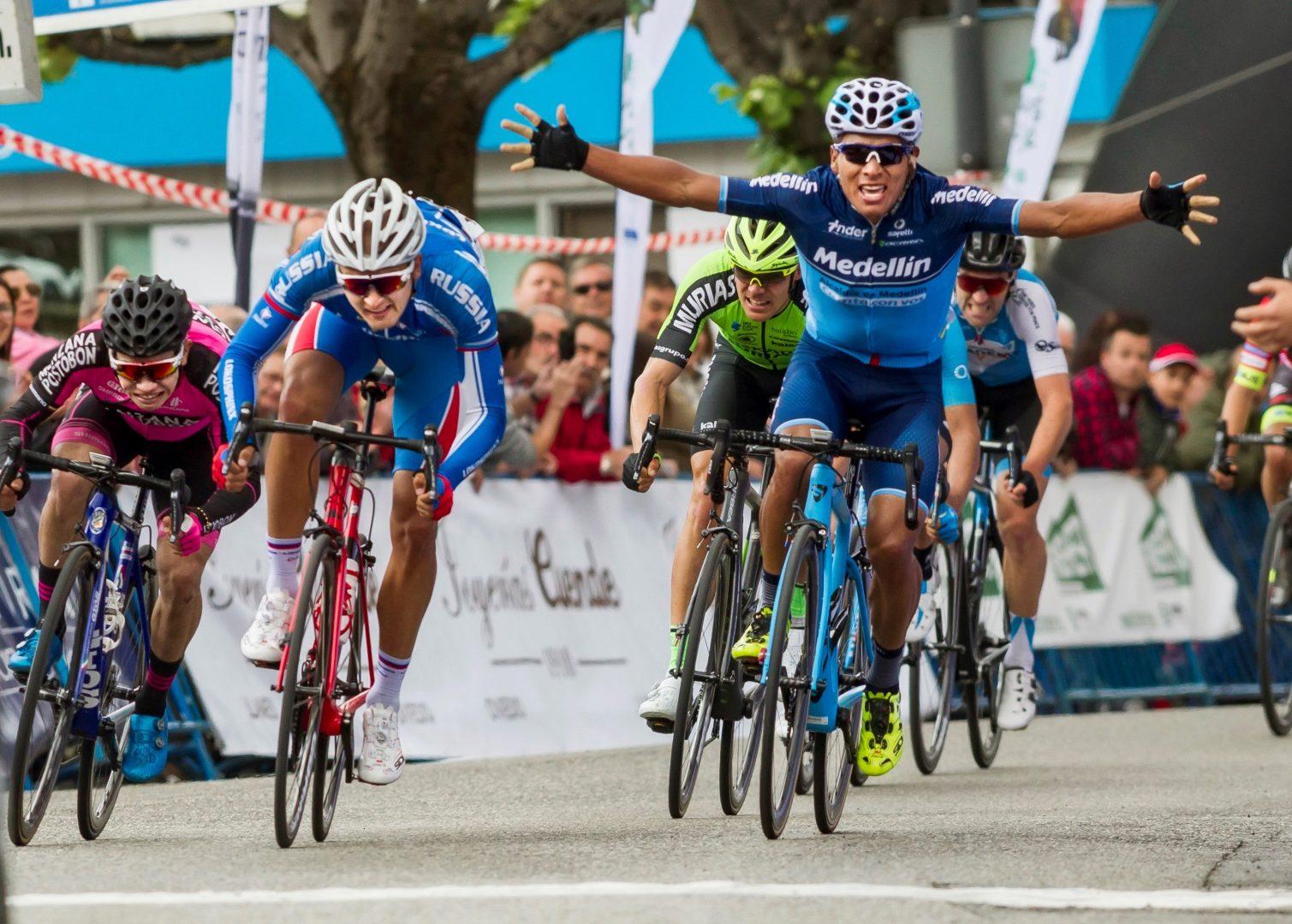 Dimitriy Strakhov ganó la primera etapa de la 61ª Vuelta a Asturias, en la que al ecuatoriano Jonathan Caicedo se le escapó el triunfo en la línea de meta cuando ya celebraba la victoria. (Foto: EFE/Alberto Morante)