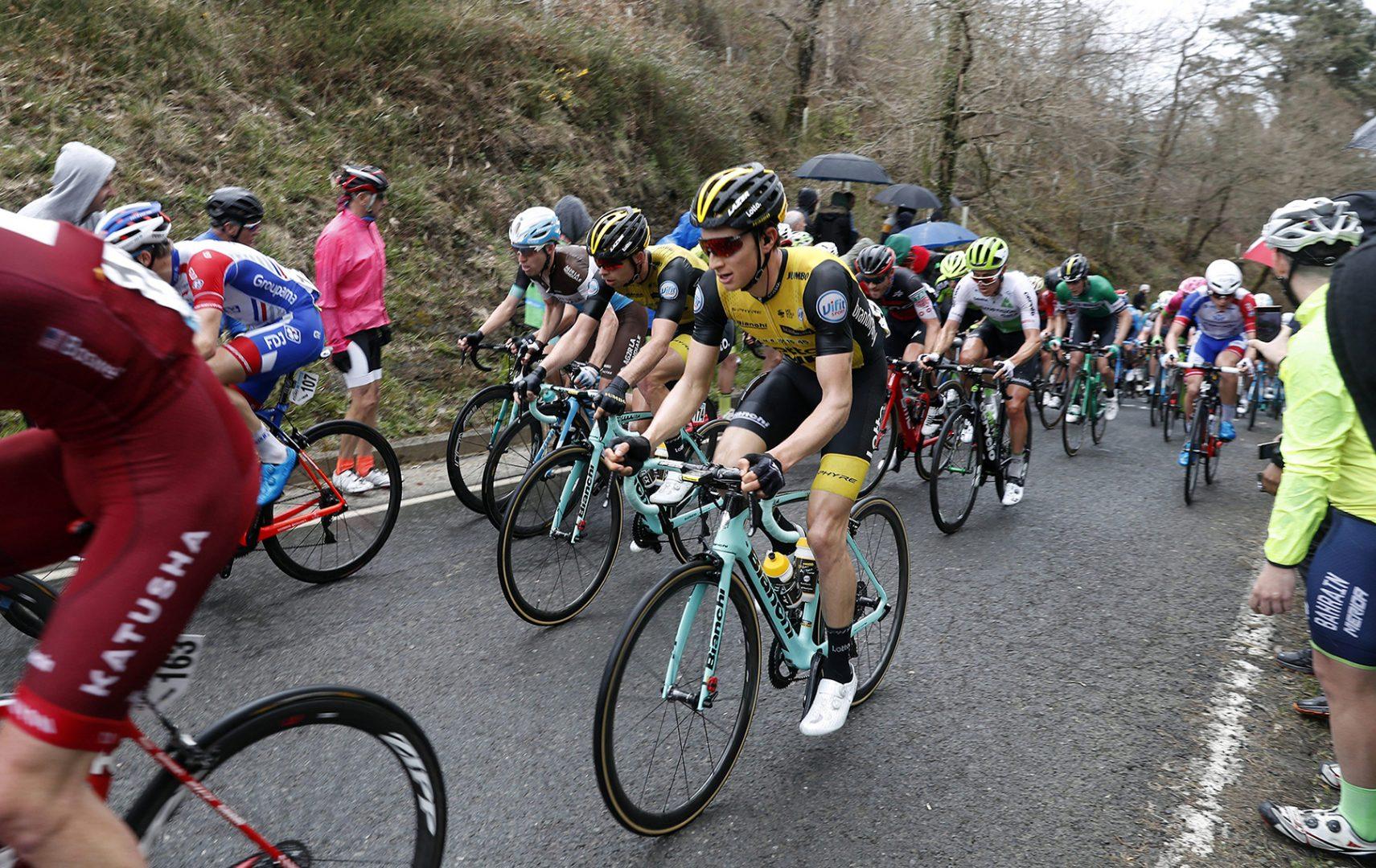 El pelotón transita por el Alto de Sollube durante la segunda etapa de la Vuelta Ciclista al País Vasco (FOTO: EFE).