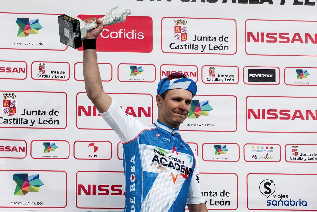 Mihkel Räim ganó este sábado al sprint la segunda etapa de la Vuelta Ciclista a Castilla y León. Carlos Barbero continúa líder por delante de por delante de Jon Aberasturi y Enrique Sanz respectivamente. (FOTO: EFE)
