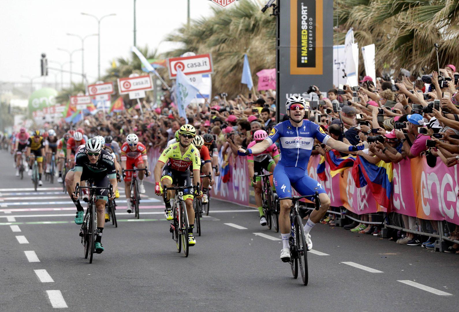 Elia Viviani (Quick Step) cumplió con su condición de favorito en el primer esprint y se mostró superior a sus rivales para imponerse en la segunda etapa del Giro de Italia. (Foto: EFE)