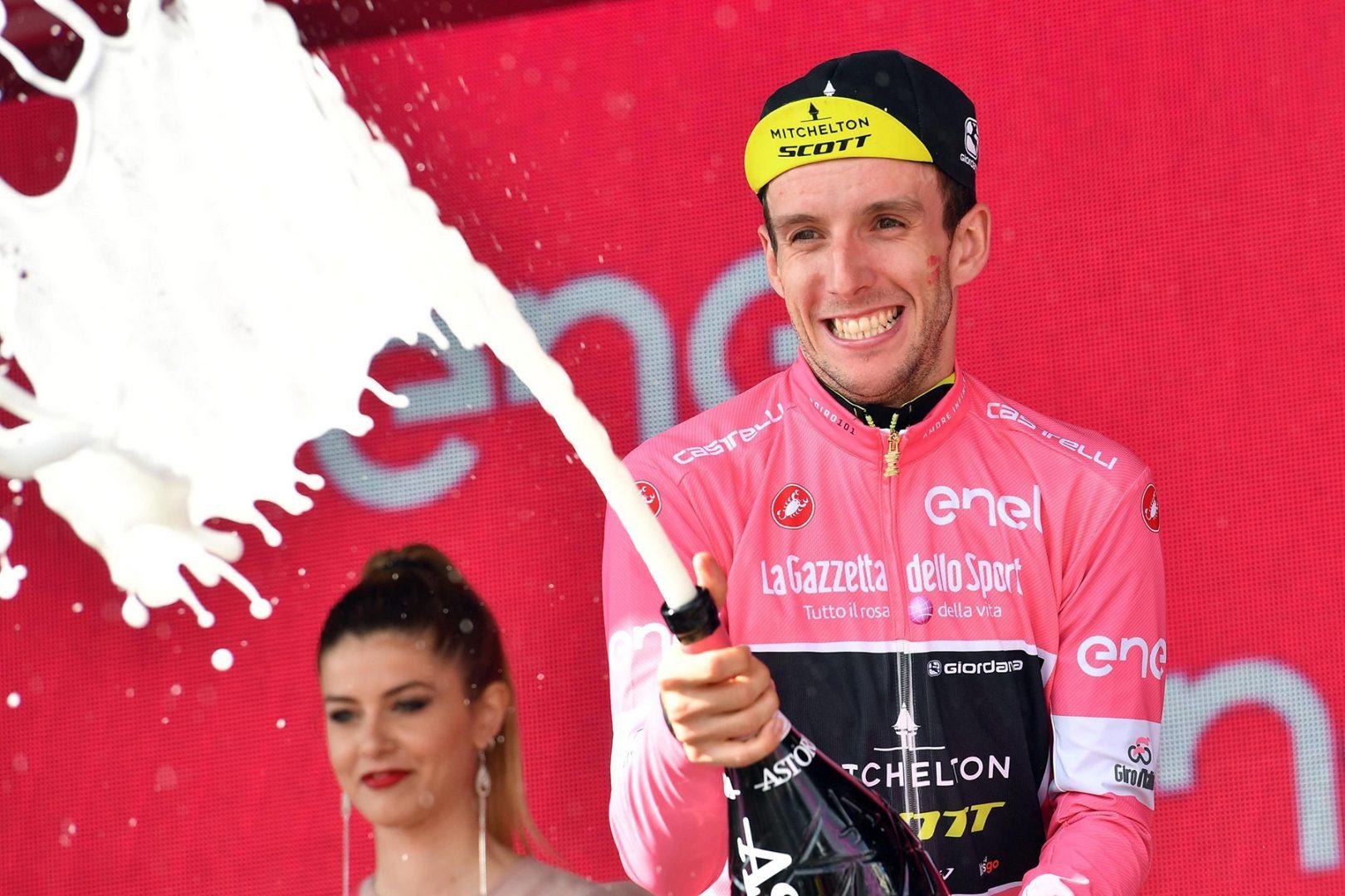 EPA104. ABBIATEGRASSO (ITALIA), 24/05/2018.- El ciclista británico Simon Yates del equipo Mitchelton-Scott, líder de la general, retiene el maillot rosa tras la 18º etapa del Giro de Italia de 196 kilómetros, entre Abbiategrasso y Prato Nevoso, en Italia, hoy, 24 de mayo de 2018. EFE/ Daniel Dal Zennaro