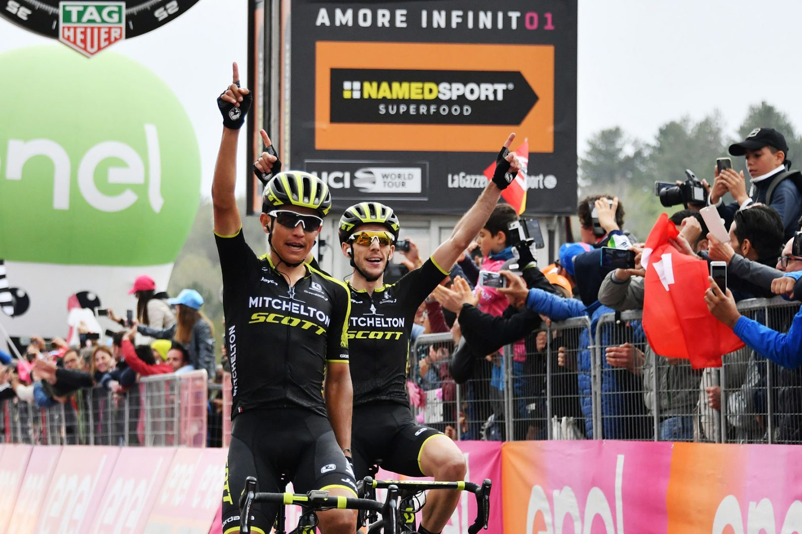 Foto Gian Mattia D'Alberto - LaPresse 10/05/2018 ETNA (Italia) Sport Ciclismo Giro d'Italia 2018 - edizione 101-  tappa 6 CALTANISSETTA - ETNA Nella foto: CHAVES RUBIO Jhoan Esteban (COL) (MITCHELTON - SCOTT) , vincitore di tappa davanti YATES Simon Philip (GBR) (MITCHELTON - SCOTT) maglia rosaPhoto Gian Mattia D'Alberto - LaPresse 2018-05-10  ETNA (Italy) Sport Cycling Giro d'Italia 2018 - 101th edition -  stage 6 CALTANISSETTA - ETNA In the pic: CHAVES RUBIO Jhoan Esteban (COL) (MITCHELTON - SCOTT) , winner of the stage in front of YATES Simon Philip (GBR) (MITCHELTON - SCOTT) , pink jersey