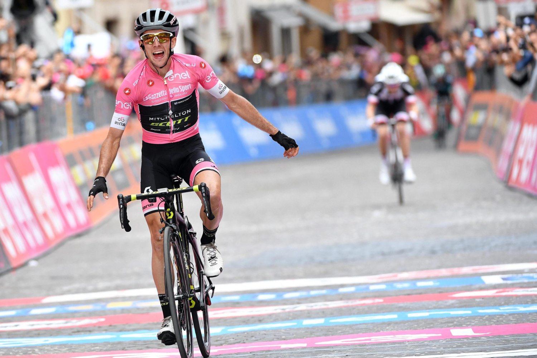 Simon Yates al cruzar la meta en Osimo (Foto: EFE).