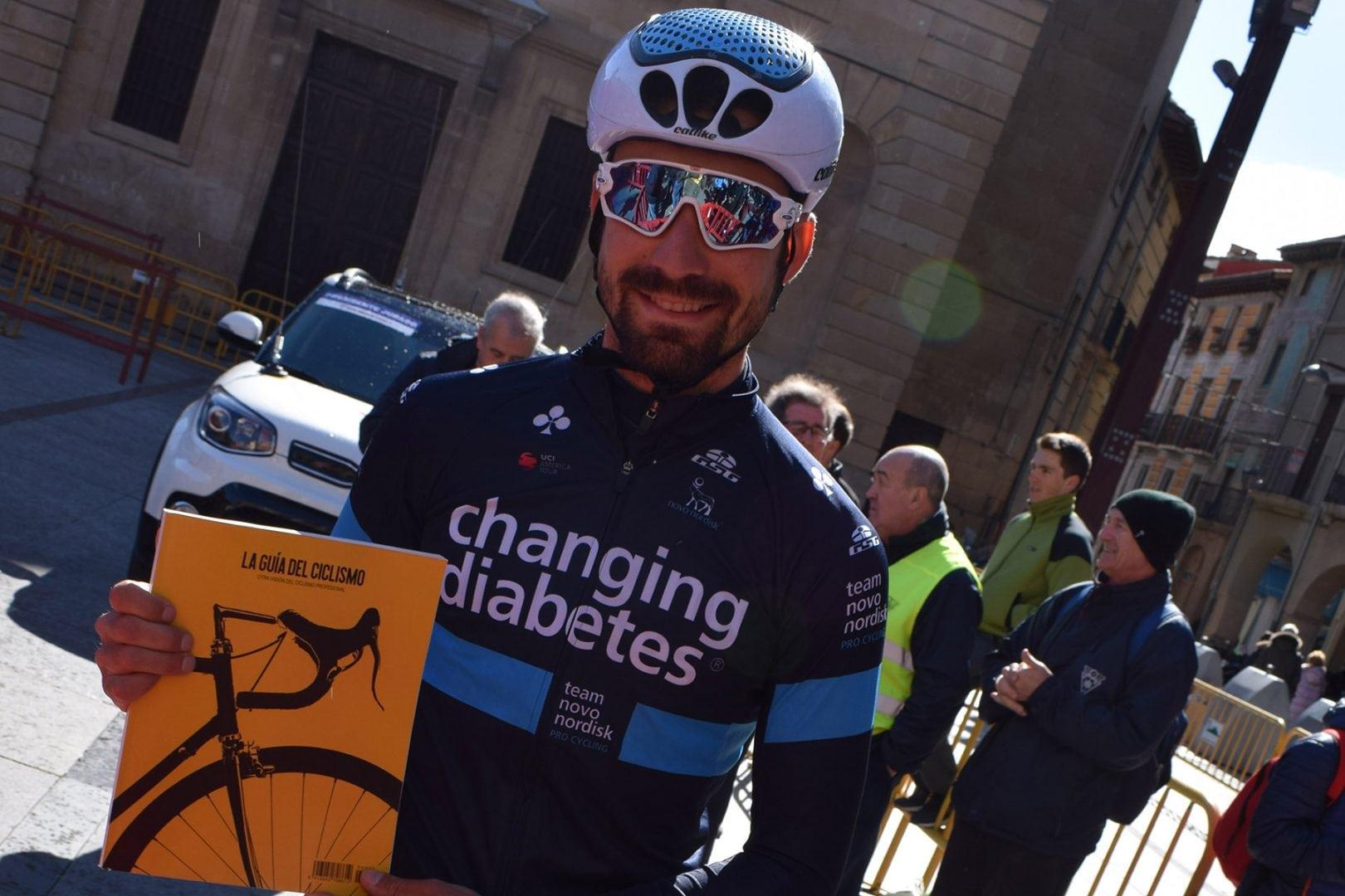 David Lozano con La Guía del Ciclismo durante el GP Miguel Induráin 2018.