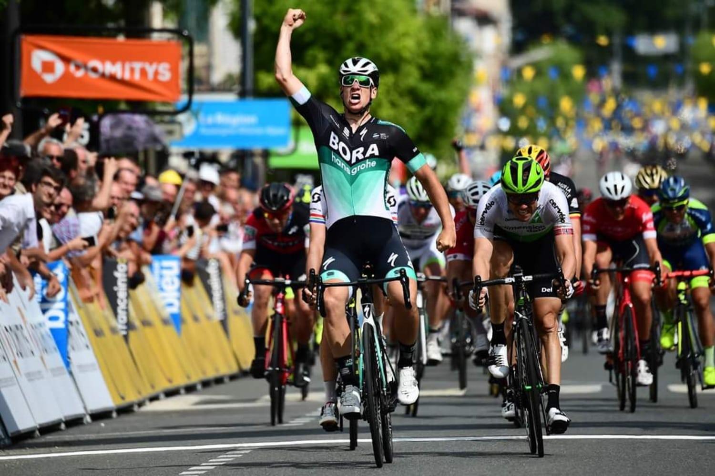 El alemán Pascal Ackermann (Bora Hangsrohe) se ha impuesto al esprint en la segunda etapa del Dauphiné, de Montbrison a Bellevillle, tras la cual se pone como nuevo líder el sudafricano DarylImpey después de la caída del hasta ahora líder, Kwiatkowski a menos de dos kilómetros de meta. (Foto: Critérium du Dauphiné)