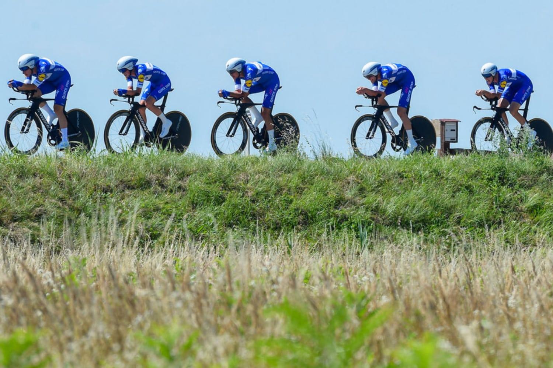 El Quick Step gana la contrarreloj por equipos y Viviani se viste de líder