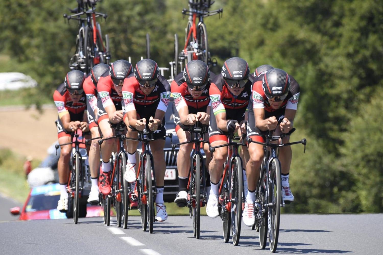 """El BMC se impuso con un tiemp final de 38'46"""", cuatro segundos por encima del Sky Team. Una contrarreloj en la que el Mitchelton concluyó tercero."""