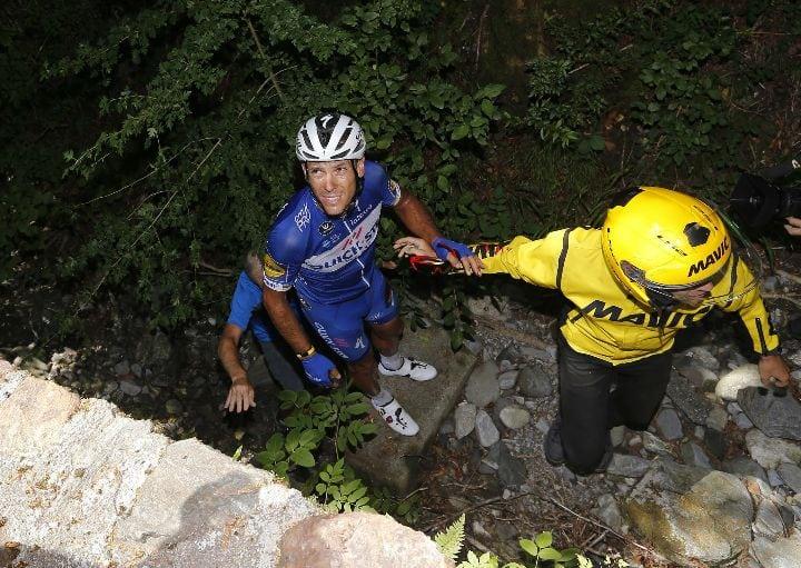 Philippe Gilbert se golpeó contra las rocas, tras sufrir una espectacular caída en el descenso del Portet d'Aspet.