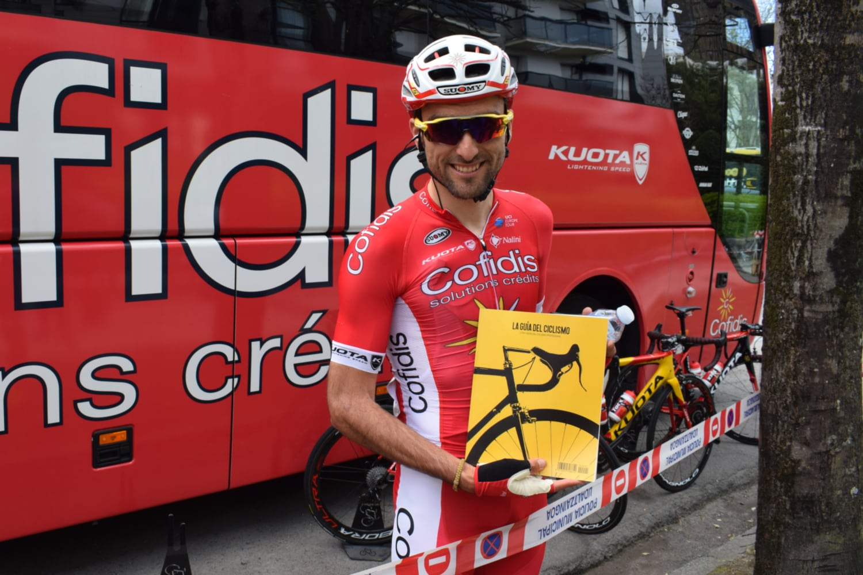 Luis Ángel Maté con La Guía del Ciclismo.