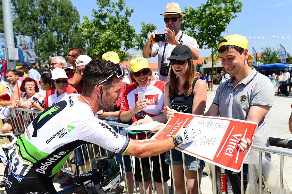 Mark Cavendish firma autógrafos durante el Tour 2018 (Foto: Alex Broadway).