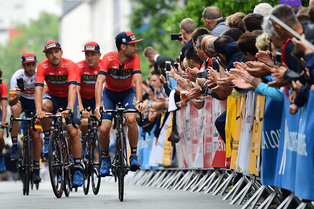 Nibali abandona el Tour tras fracturarse una vértebra al chocar con una moto.