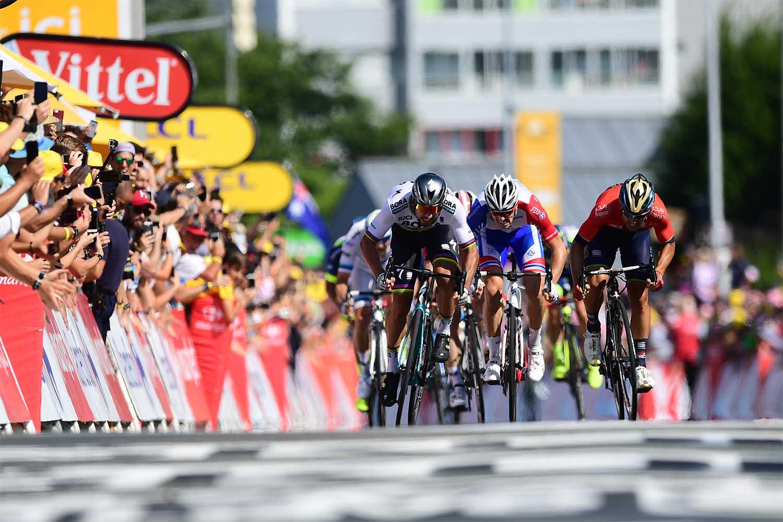 Peter Sagan se impone en la etapa con final en Le Roche Sur Yon del Tour 2018 (FOTO: ASO/Alex BROADWAY).