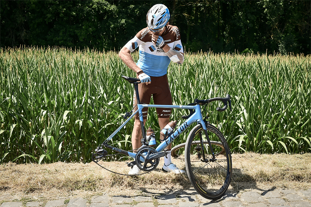 Romain Bardet sufrió innumerables problemas mecánicos durante la etapa (FOTO: Pauline Ballet).