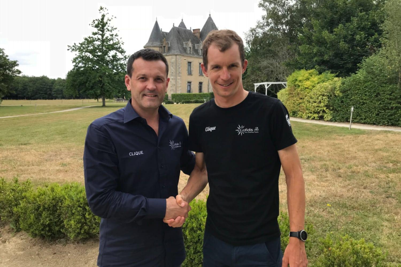 Cédric Vasseur, gerente del equipo Cofidis, y Dimitri Claeys frente al castillo de Domaine de Brandois (Foto: Cofidis).