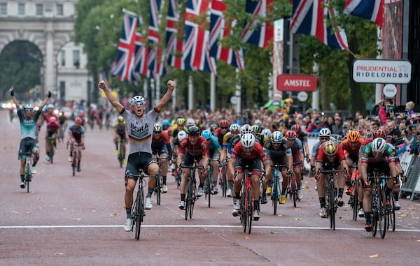 Pascal Ackermann (Bora) se impone en el esprint final de la Prudential Ride London 2018 (Foto: Prudential).