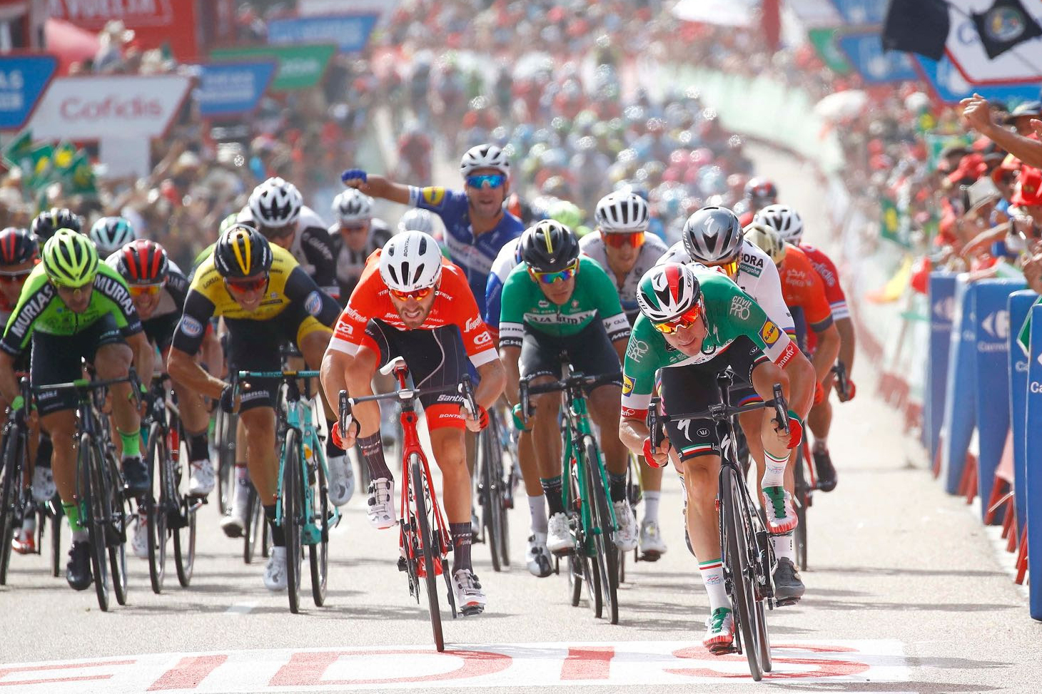 Elia Viviani bate a Nelson Soto y a Giacomo Nizzolo en la Vuelta 2018.