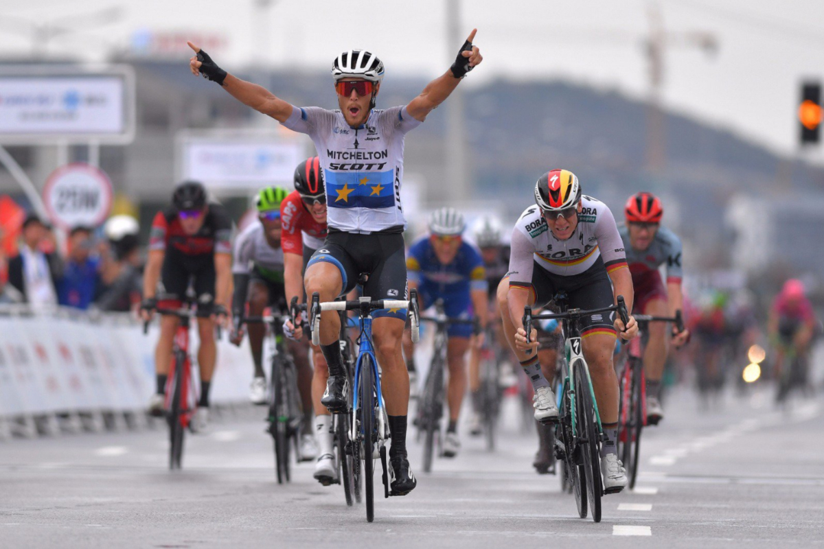 El italiano Matteo Trentin (Mitchelton Scott) levanta los brazos a su paso por meta en la quinta etapa del Tour de Guangxi 2018 (Fuente: Twitter).