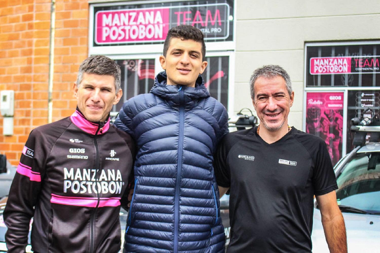El ciclista colombiano en el centro de la imagen (Foto: Manzana Postobón).