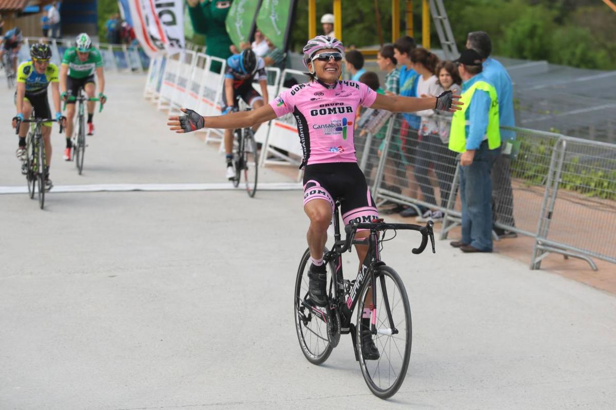 Steven Calderón tras ganar la primera etapa de la vuelta al Bidasoa.
