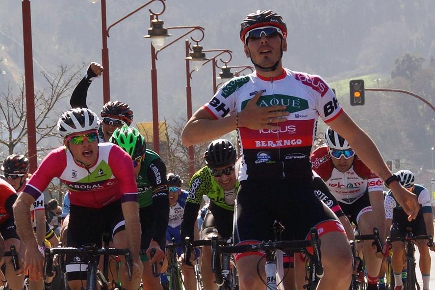 Miguel Ángel Fernández (Baqué-BH) ganó el primer trofeo del Euskaldun en Zumaia (Foto: Federación vasca de ciclismo).