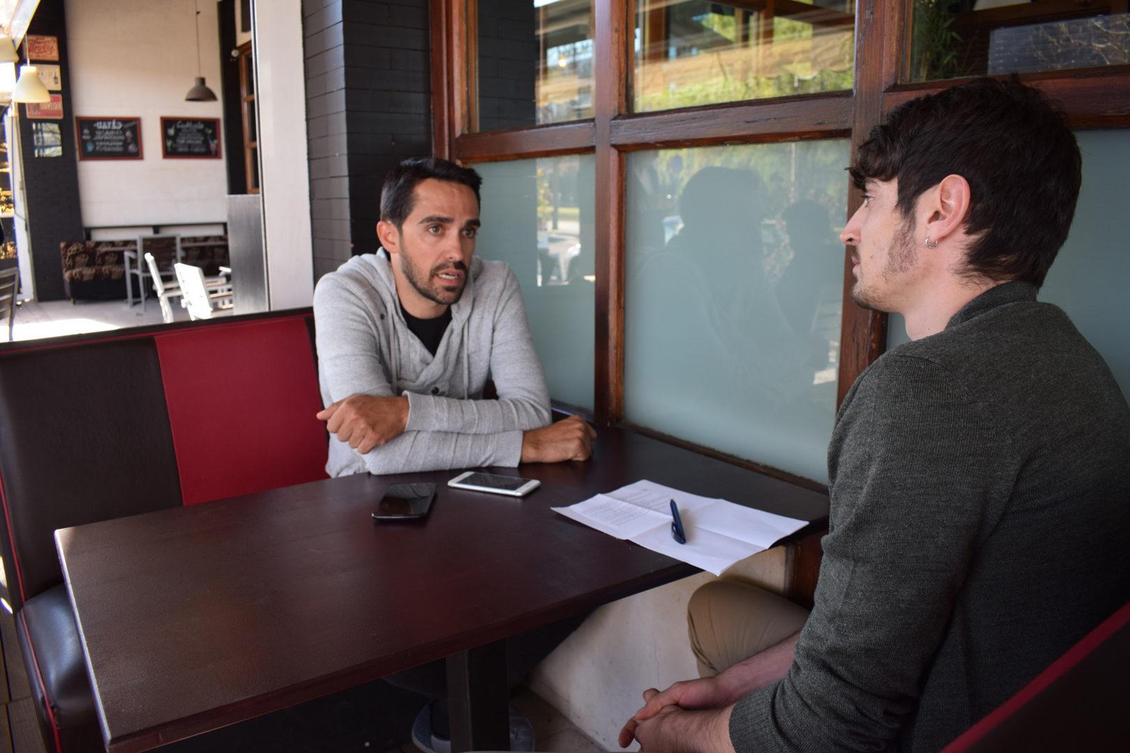 Alberto Contador atendiendo a La Guía del Ciclismo