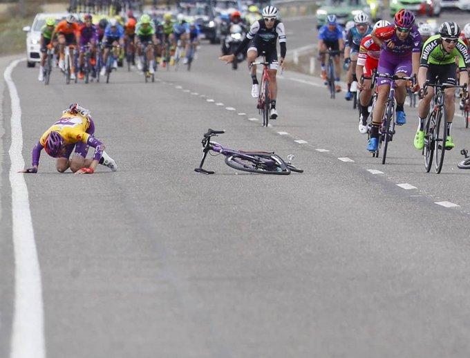 El cántabro, en el momento en el que se fue al suelo en la Vuelta a Aragón.