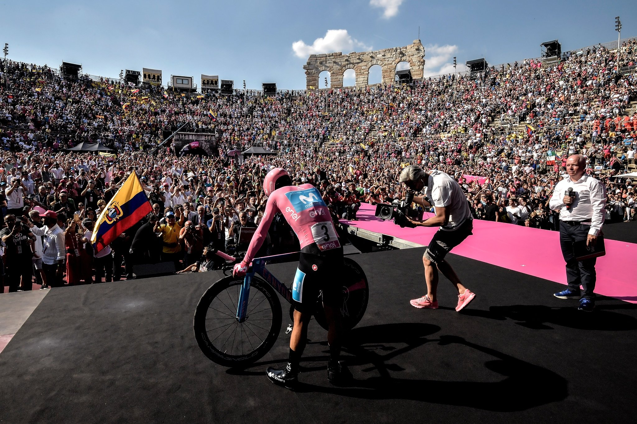 Foto Marco Alpozzi / LaPresse 02 Giugno 2019 Verona (Italia) Sport Ciclismo Giro d'Italia 2019 - edizione 102-  tappa 21 da Verona a Verona - Gara cronometro individuale -  km 17,0 Nella foto: CARAPAZ Richard (ECU)(MOVISTAR TEAM) maglia rosaPhoto Marco Alpozzi/ LaPresse June 02, 2019  Verona (Italy) Sport Cycling Giro d'Italia 2019 - 102th edition -  stage 21 from Verona to Verona to Individual Time Trial In the pic: CARAPAZ Richard (ECU)(MOVISTAR TEAM) pink jersey