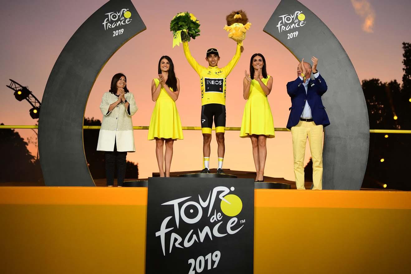 Egan Bernalse impuso en el Tour de Francia 2019.
