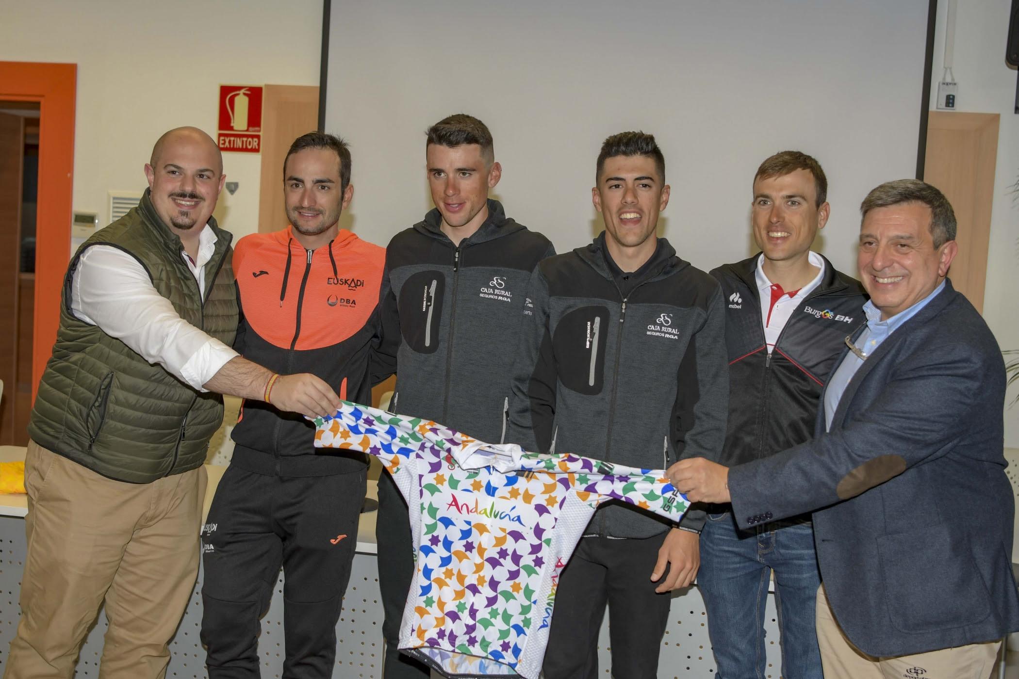 Cinco ciclistas andaluces en la salida de la Vuelta a Andalucía