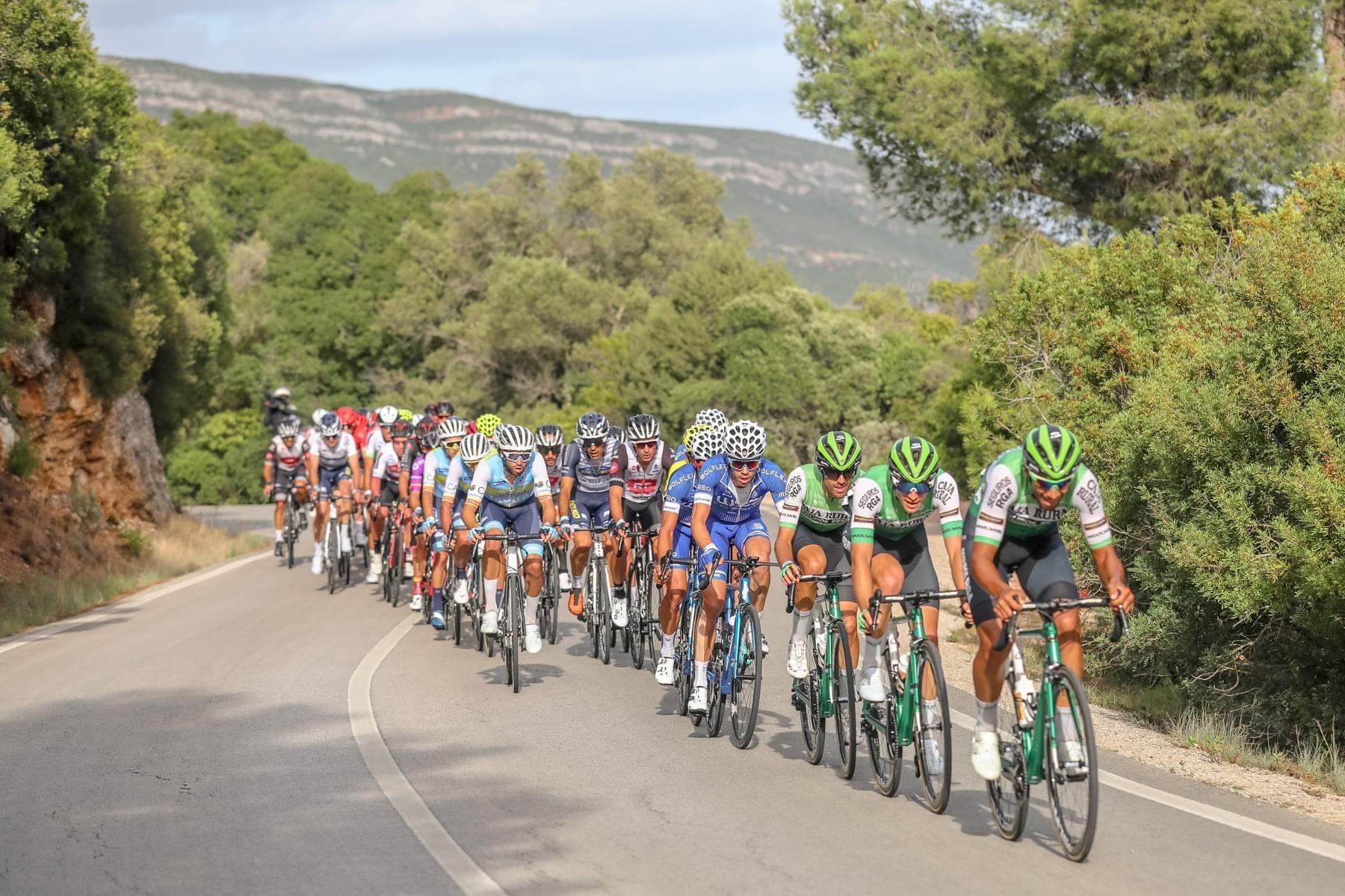 Los ciclistas del Caja Rural tiran del pelotón en la Volta a Portugal (Caja Rural).