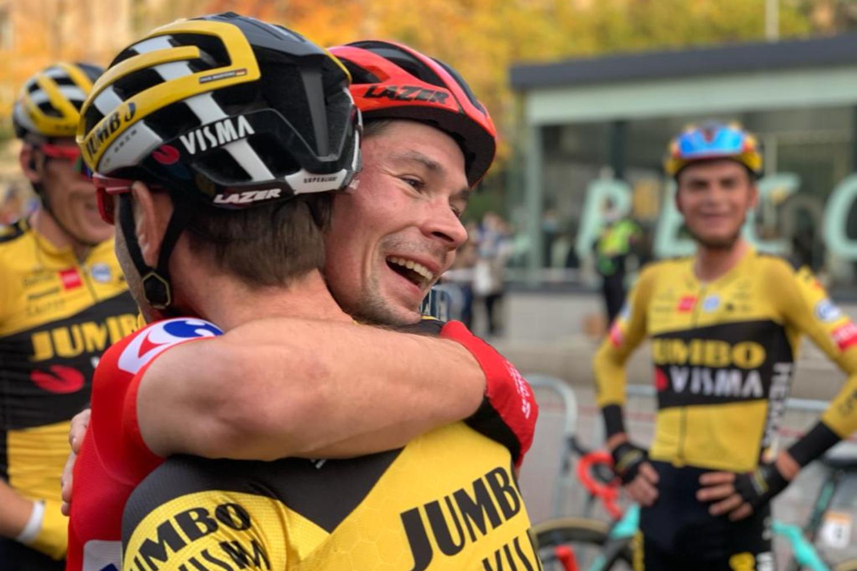 Primoz Roglic celebrando la victoria en La Vuelta 2020 con sus compañeros